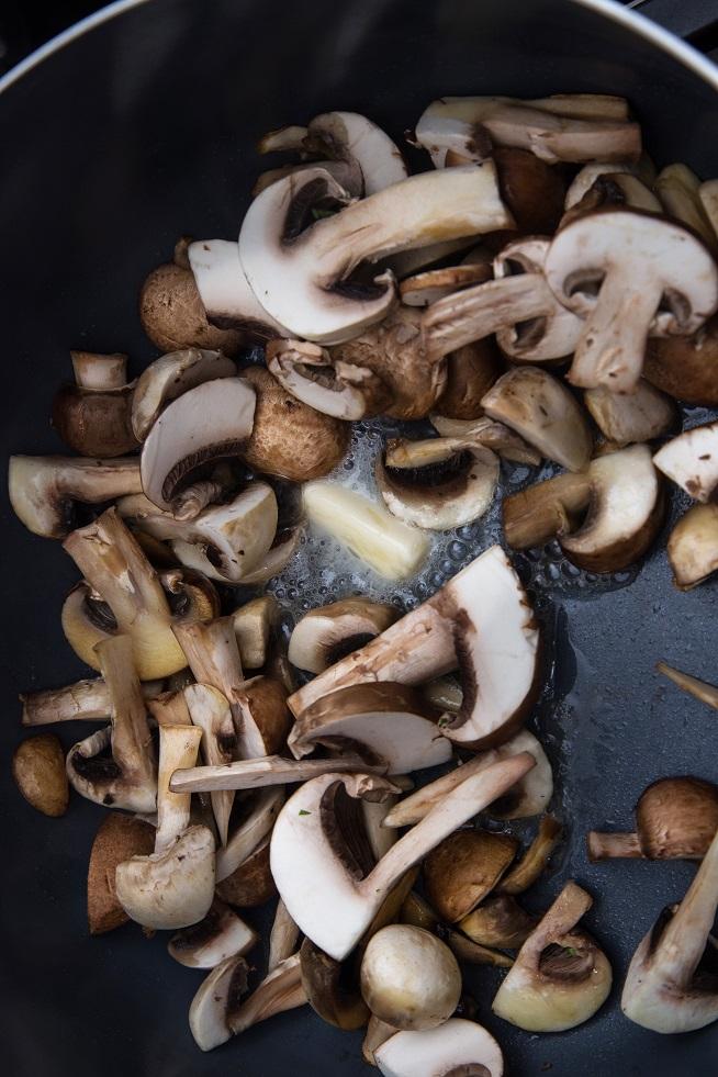 מטגנים את הפטריות עם מעט חמאה. צילום: שרית גופן