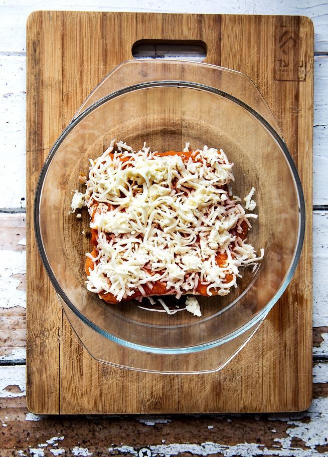 מניחים את הצינורות בתבנית, מוסיפים מעל סלסת עגבניות וגבינה. כמה דקות בתנור ויש אנצ'ילדה! צילום: שרית גופן