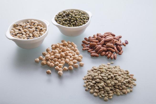 מלמטה: עדשים ירוקות, חומוס, שעועית, לוביה ומש. אפשר להשתמש בכולן או חלק. צילום: אסף אמברם