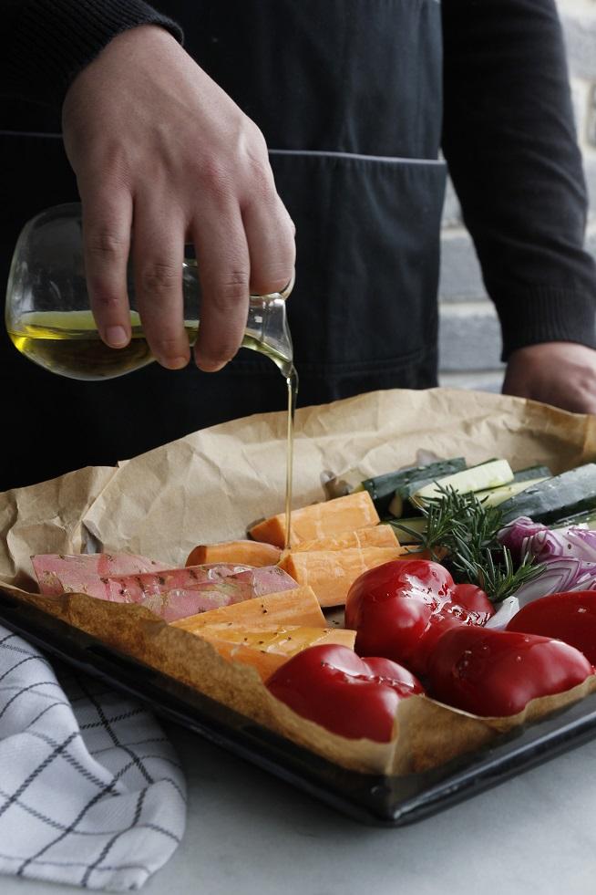 שמן הזית עוזר לירקות לקלוט את החום של התנור ומסייע להם להזהיב יותר טוב. כל המרבה - הרי זה משובח! צילום: דבורה מינדל
