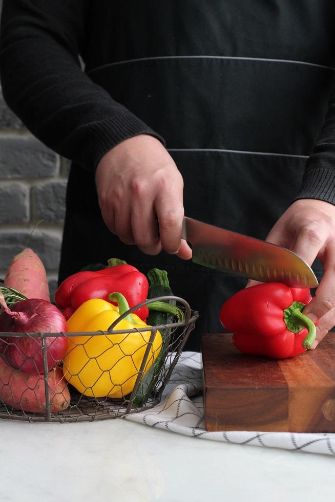 את הפלפל חוצים לאורך ומוציאים את הזרעים - זו הדרך הטובה ביותר להכין פלפלים בתנור. צילום: אורי פישמן