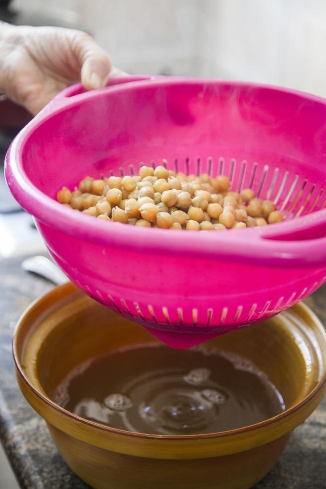 אם רעבים במהלך ההכנה, מוסיפים שמן זית, מלח ופלפל שחור לגרגרים המבושלים. יאמי! צילום: אסף אמברם