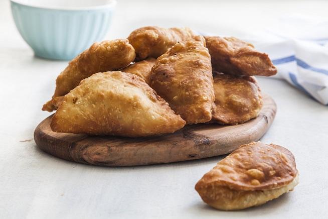 אבל אפשר גם להגיש אותם מסודרים. אם יש סמבוסקים פחות יפים, אוכלים אותם לפני שמצלמים =]=] צילום: אסף אמברם