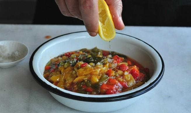 משוויה: סלט פלפלים קלויים עם שום ועגבניות. צילום: רות אופק