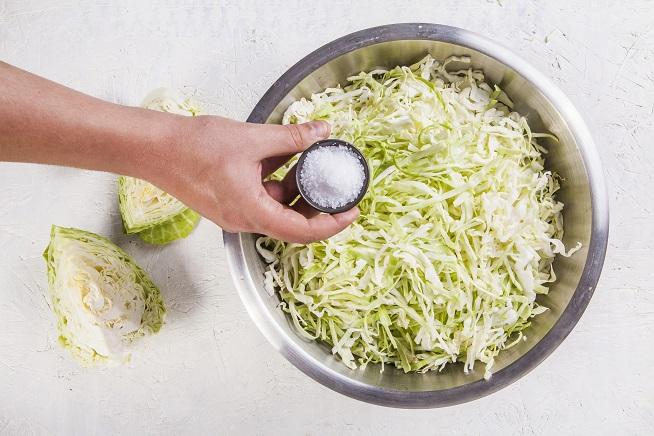 ועל כל קילוגרם כרוב שמים 15 גרם מלח. צילום: אסף אמברם