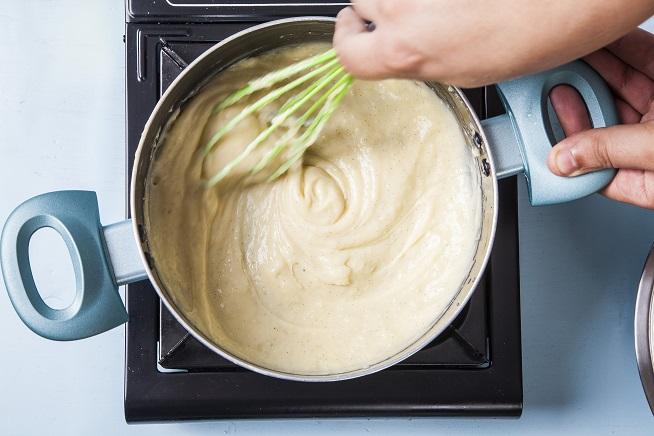 מבשלים תוך ערבוב מתמיד עד שהקרם מסמיך וזה מה שאתם רואים. יהיה לכם הרבה יותר קשה לבחוש בשלב זה בגלל ההתנגדות של התערובת. צילום: אסף אמברם