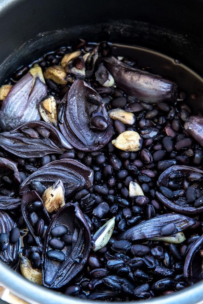 שעועית שחורה אחרי בישול ראשוני. צילום: שרית גופן