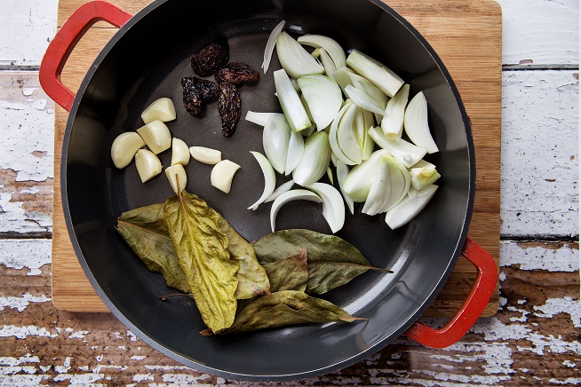 החלק השני של הפריחולס: בצל, שום, פלפל צ'יפוטלה ועלי אבוקדו. צילום: שרית גופן