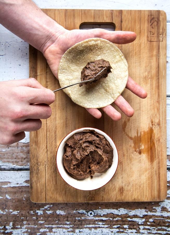 בונים את הקסדיה: על טורטיה שמים כף נדיבה מממרח השעועית. צילום: שרית גופן