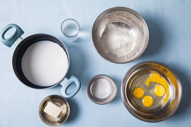 מכינים את כל המצרכים לבצק: קמח, חמאה, חלב, מים, וביצים (יש גם קורט מלח!). צילום: אסף אמברם