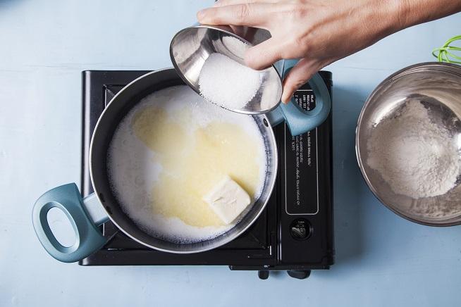 ממיסים את החמאה בסיר עם המים והסוכר. צילום: אסף אמברם