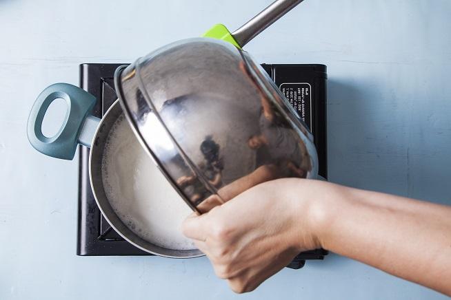 כשהחמאה נמסה מוסיפים את הקמח בבת אחת ודואגים שהמצלמה תקלוט את ההשתקפות שלכם בקערה :) צילום: אסף אמברם