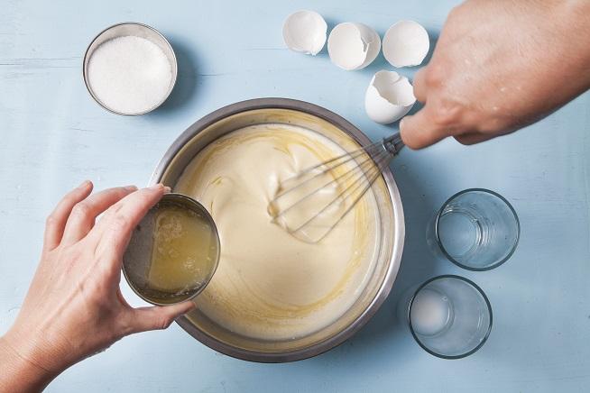 עד שנוצרת בלילה חלקה, אליה מוסיפים את החמאה המומסת. צילום: אסף אמברם