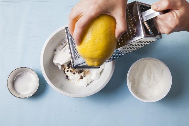 ולאלו מוסיפים גרידת לימון. צילום: אסף אמברם