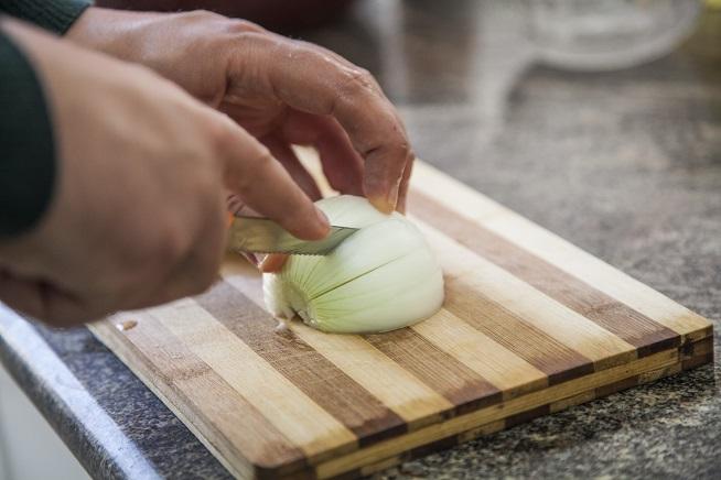 חותכים את הבצל לקוביות בגודל בינוני. צילום: אסף אמברם