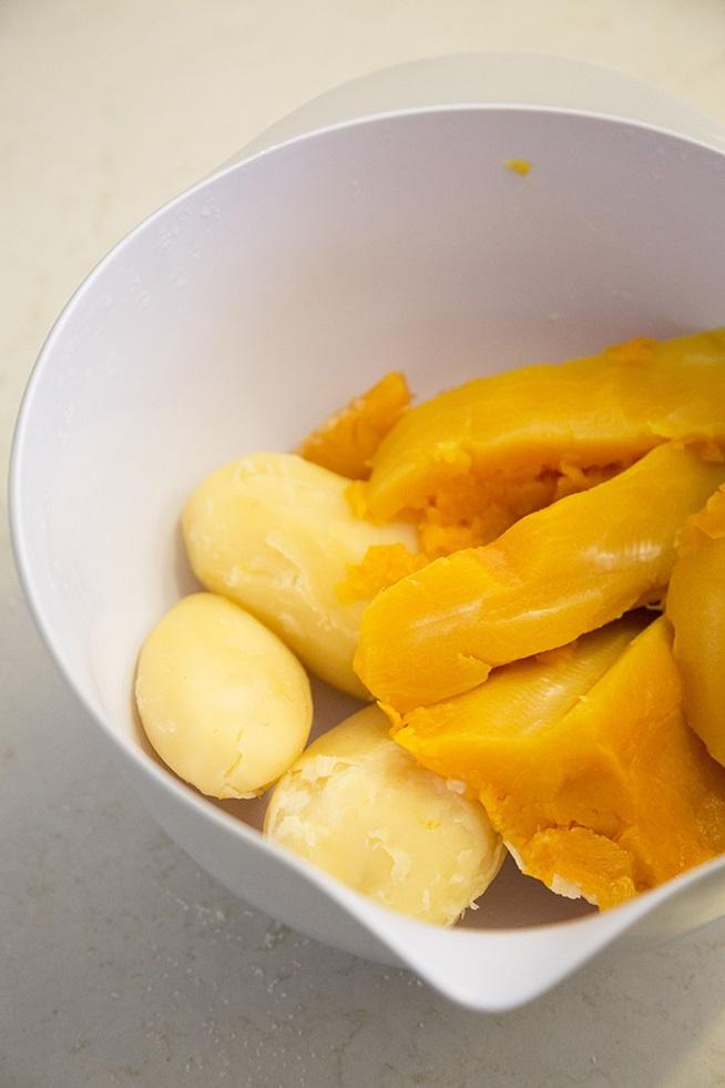 תפוחי אדמה ודלעת מוכנים לעבודה. צילום: אסף אמברם