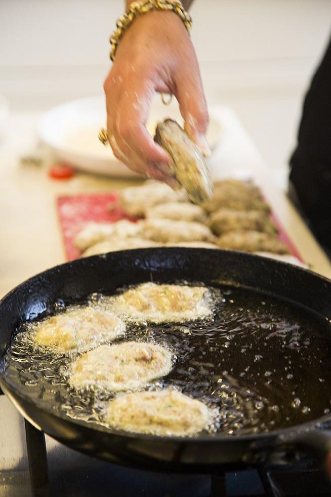 טובלים בביצה ומשם ישר לשמן החם. צילום: אסף אמברם