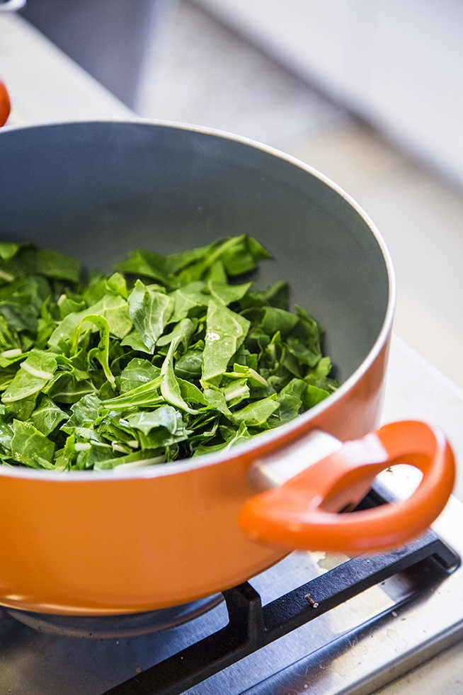 את העלים חותכים לרצועות ומבשלים בסיר עם מעט מים, עד שהעלים מתרככים ומתכווצים. צילום: אסף אמברם