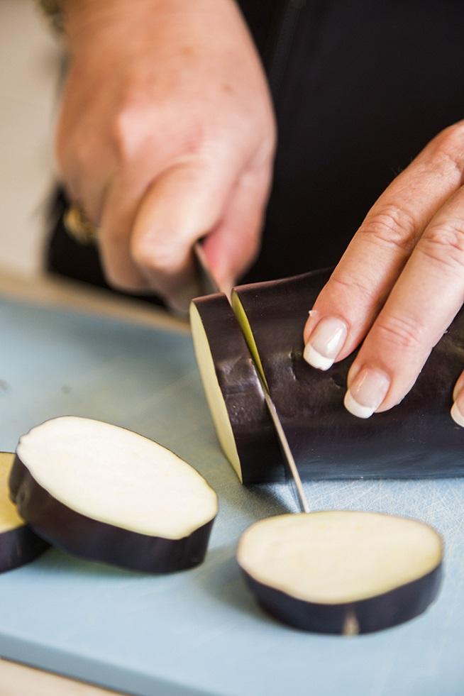 """חותכים את החציל לפרוסות בעובי 1.5-1 ס""""מ. צילום: אסף אמברם"""