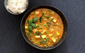 תבשיל קארי טבעוני עם טופו וירקות ירוקים. צילום עז תלם