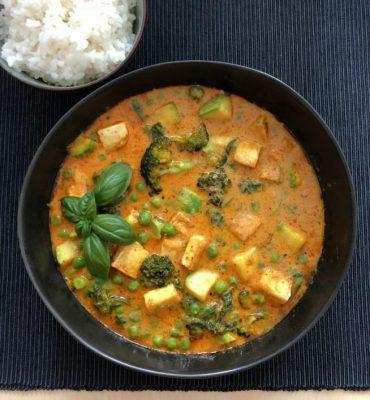 תבשיל קארי צמחוני עם טופו וירקות ירוקים. צילום עז תלם