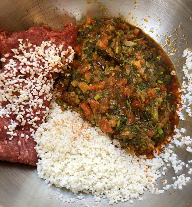 תערובת הבצל-עגבניות שמיר מצטרפת לאורז מושרה ובשר טחון צילום עז תלם