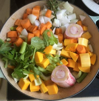 תבשיל קדירה בשרי עם ירקות שורש