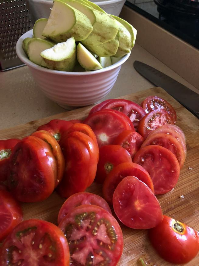 עגבניות לקישואים לפני האפייה בתנור