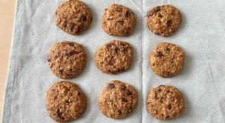 עוגיות שיבולת שועל שמכינים בקערה אחת